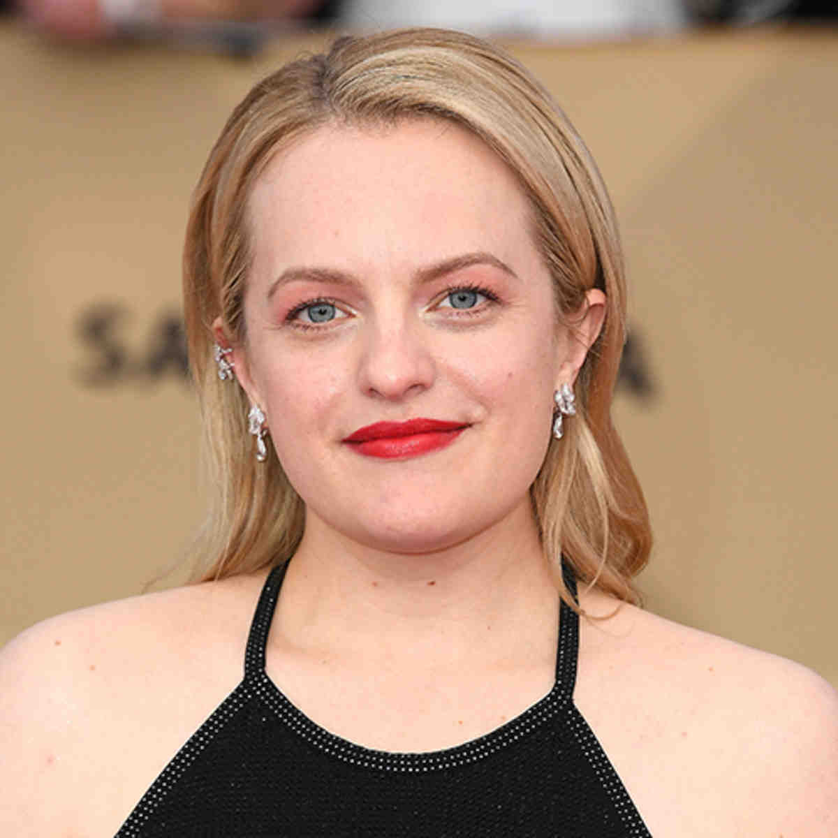 elisabeth, moss, arrives, the